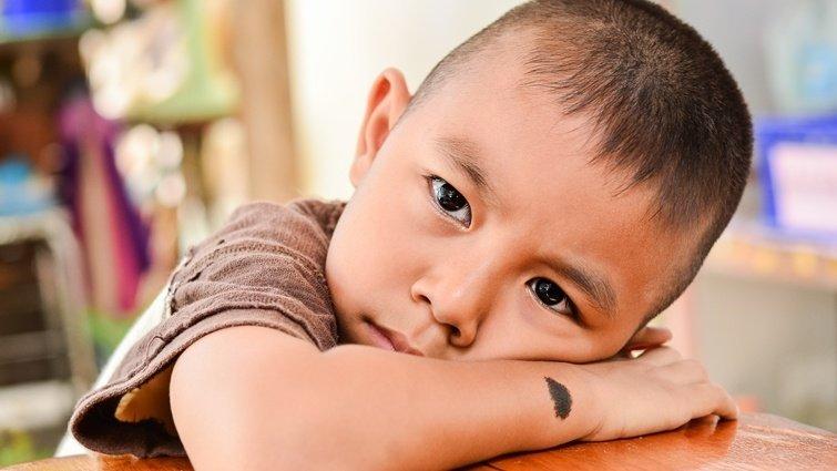 【請問教養專家】3歲兒是左撇子,阿公看到會罵他,該如何與長輩溝通?