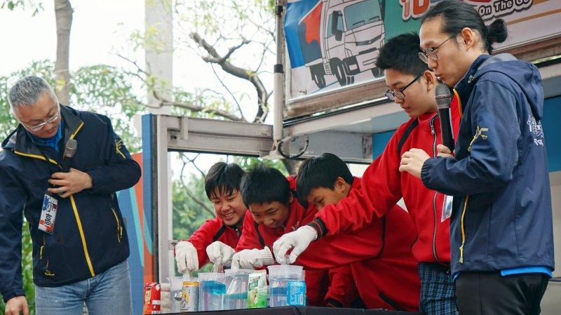 行動化學實驗車9年跑500校 啟動偏鄉孩子學習動機