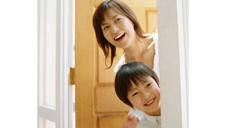 【請問教養專家】如何引導小朋友跟不熟的親戚打招呼?