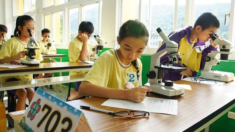 不一樣的段考:寫考卷,也實作測驗顯微鏡