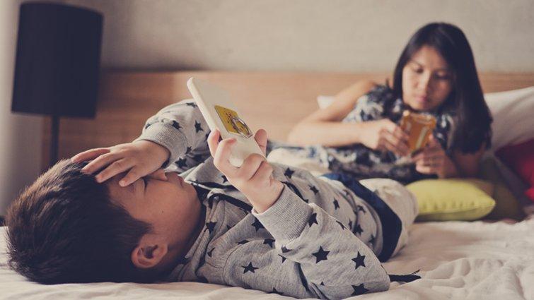 關機吧,爸媽,別用手機霸凌孩子