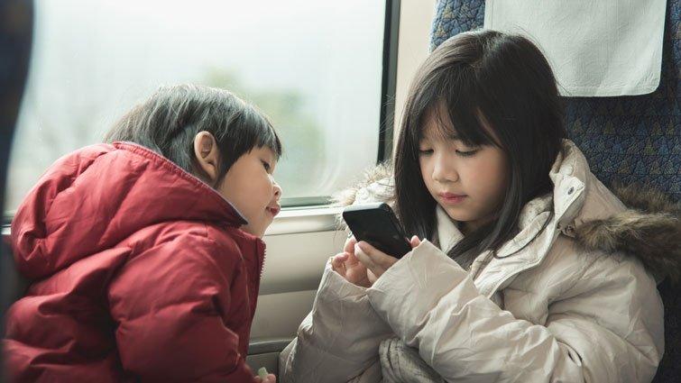 「爸爸又開手機給小孩玩⋯」媽媽不但沒生氣,反而拍手叫好?