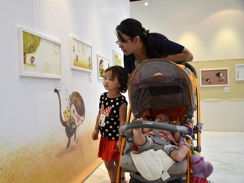 蹲下來,和孩子一起看童書、逛畫展