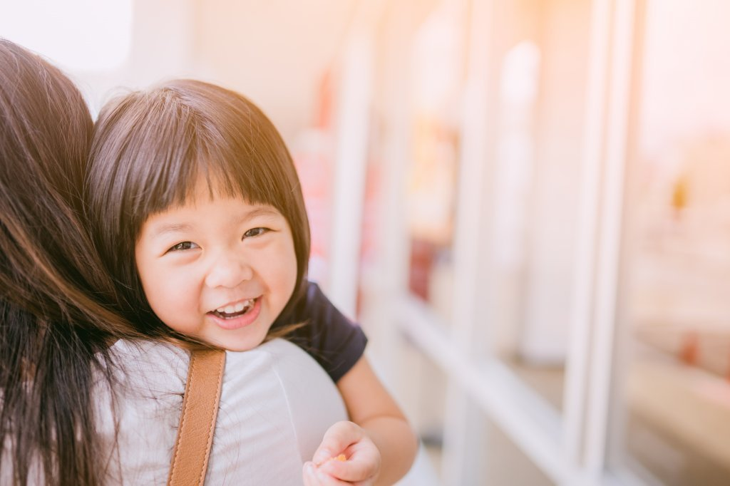 孩子有夠「歡」?2到4歲是挑戰父母的年紀,也是單純愛爸媽的年紀