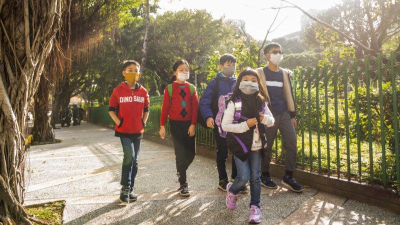 學校有口罩了!教育部:開學前供645萬片備用口罩給學校、安親補習班防疫