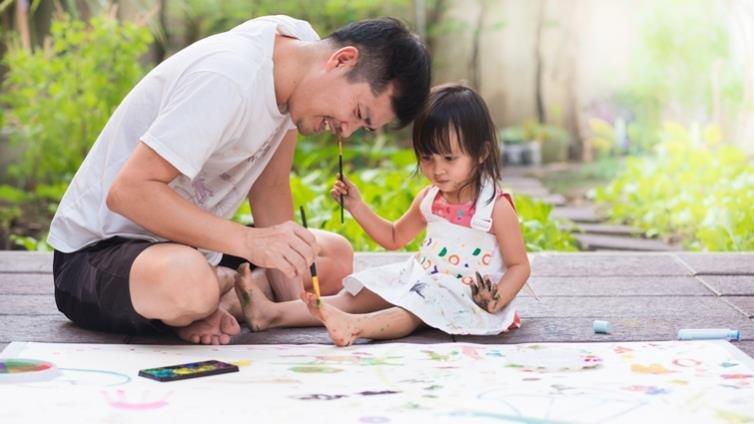 美國加州大學調查:爸爸比媽媽快樂,為什麼?