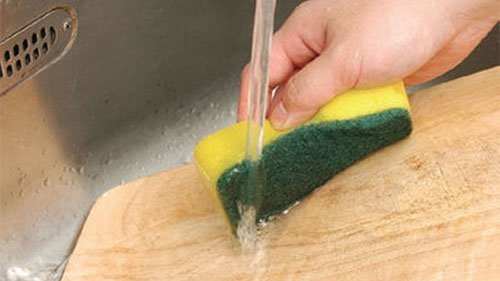 省時又省力!油膩餐盤、臭味砧板清洗小撇步