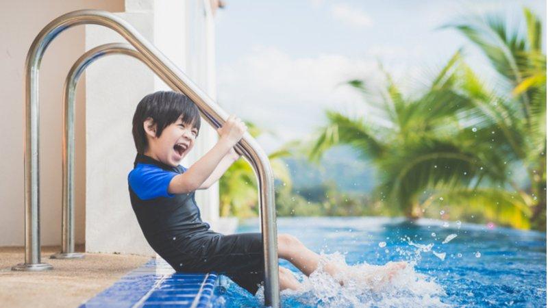 孩子學游泳一直哭,該逼他繼續上嗎?