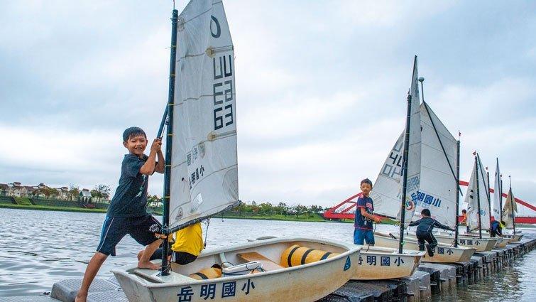別人體育課踢球 我們駕帆船