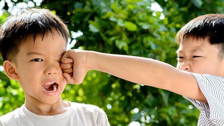 【請問教養專家】五歲兒有上早療課,時常打人與捏人,該如何處理?