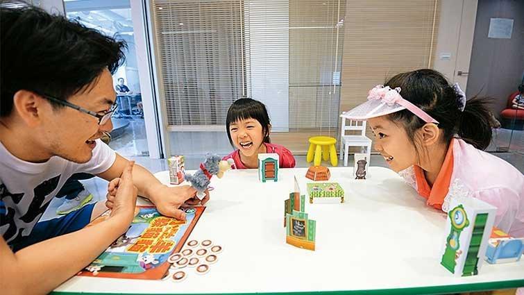 新鮮事/玩桌遊,七成爸媽會放水