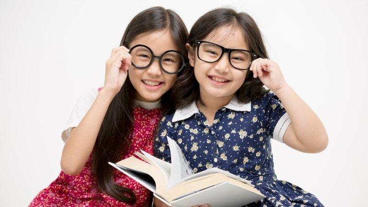 父母困擾的閱讀難題6:孩子愛閱讀卻擔心影響視力,如何避免近視?