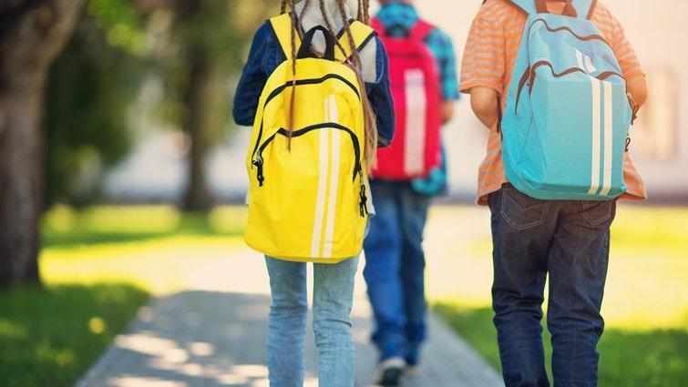 孩子幾歲可以自己走路回家?直升機父母vs.散養父母的論辯