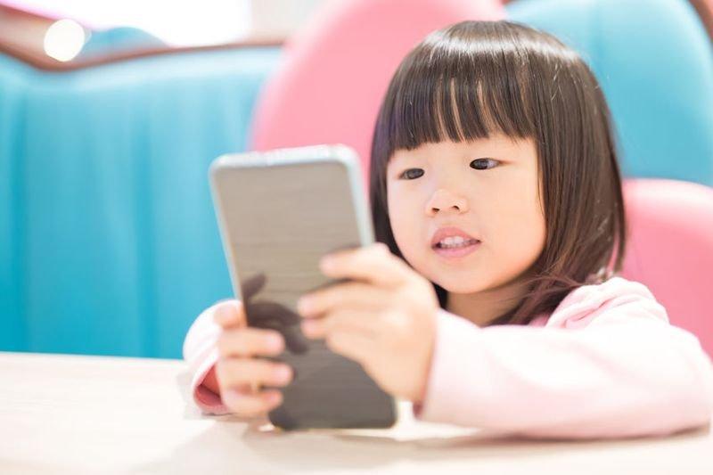 想要孩子不玩手機?那就跟孩子一起玩手機吧!