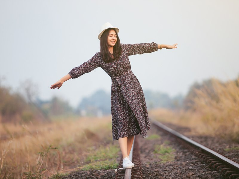 若你呼喚快樂,快樂不來,你便向快樂走去