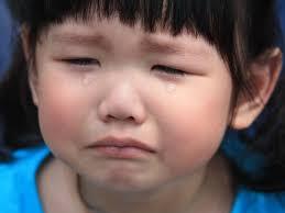 「求求妳,這是最後一次!」當孩子用哭鬧討玩具 大人如何引導?
