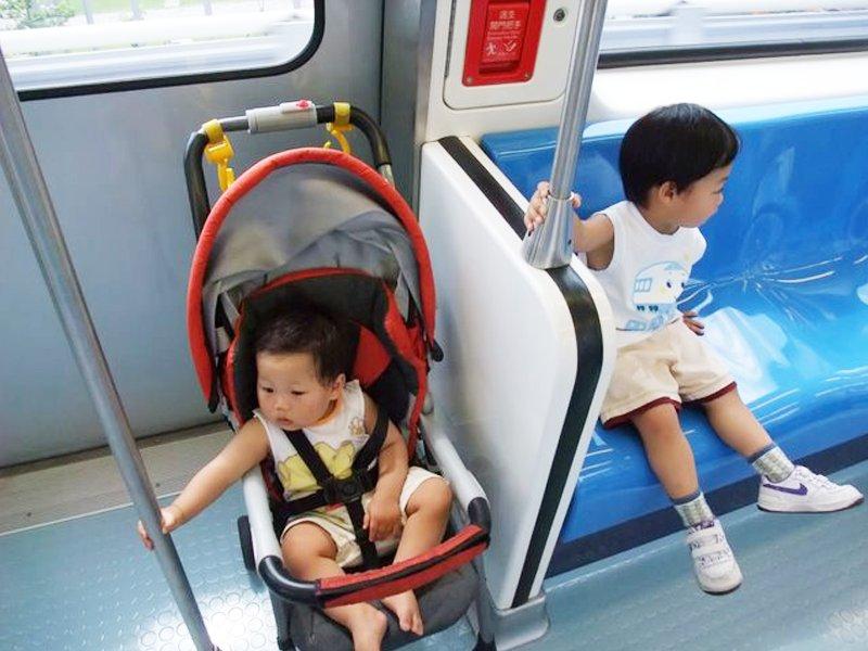 在捷運上可以跑車廂、跳椅子、拉吊環、爬單槓嗎?