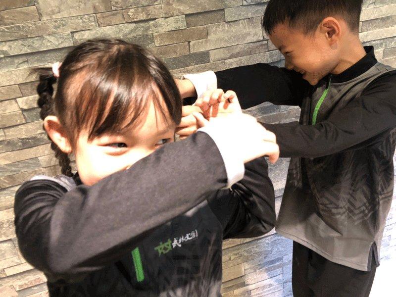 一招制敵!兒童校園防身術:擒腕反折篇(女孩必學!後面頭髮被抓怎麼辦?)