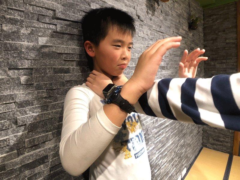 一招制敵!兒童校園防身術:壓臂掃肘篇(被人拽衣領、掐脖子時靠這招脫身)