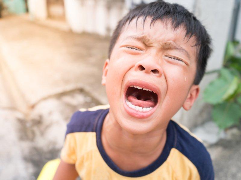 【讀者投稿】當孩子動手打父母,父母應該要有什麼反應?