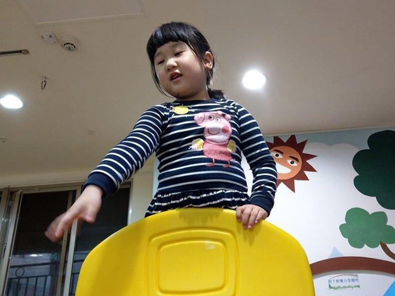 據理力爭!遇小霸王佔玩具,教女兒一招捍衛權益