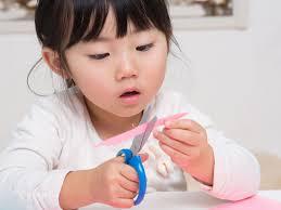 如何教2歲幼兒使用剪刀?