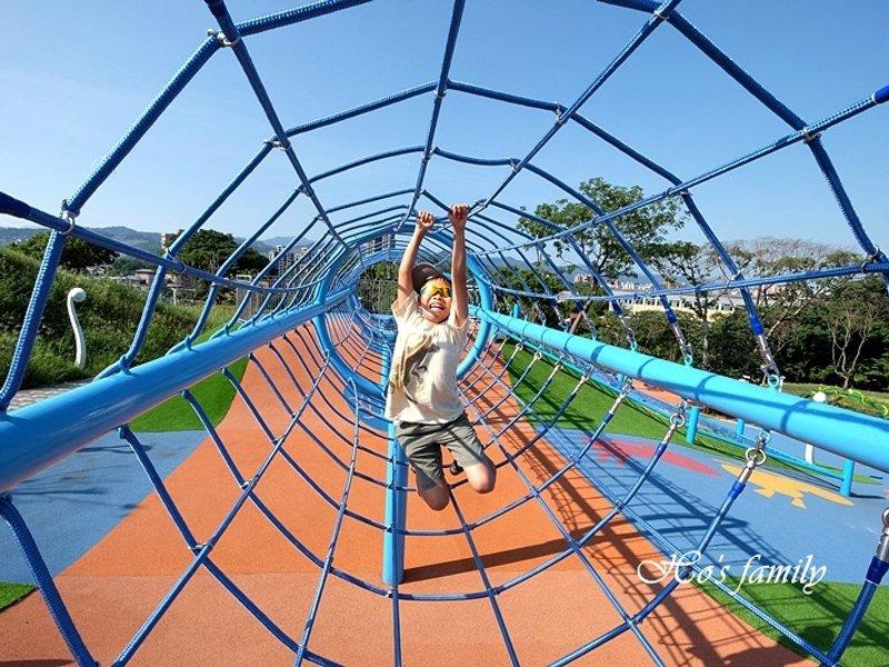 【新北特色公園】中和員山公園:超長溜滑梯、滑草場、溜索,都市森林遊樂場!