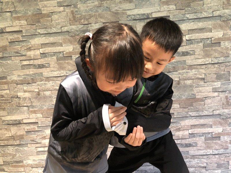 一招制敵!兒童校園防身術:托掌壓肩篇(被勒脖子好痛苦!這招教你快速掙脫。)
