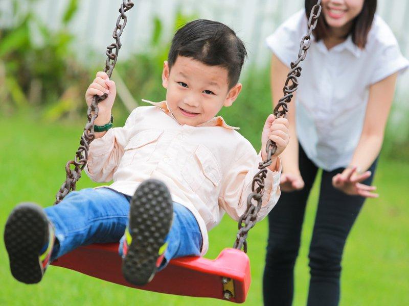 寶寶也可以盪鞦韆,還是穩定小孩情緒的好遊戲!