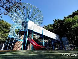【台北景點】士林前港公園:絕美天空樹共融遊戲場!特色溜滑梯、月亮鞦韆、攀岩牆,白天晚上都好玩!
