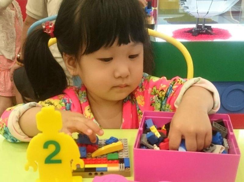 女兒被同學討禮物 4招教孩子分辨共享與勒索的差異