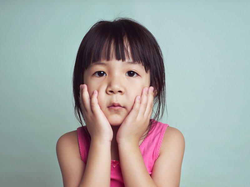 孩子不跟大人打招呼,做錯事又不道歉,怎麼辦?