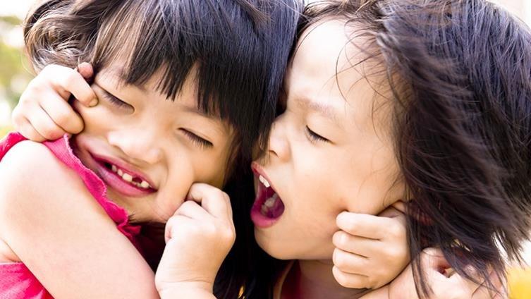 孩子咬人、推人怎麼辦?先處理情緒,再處理衝突!