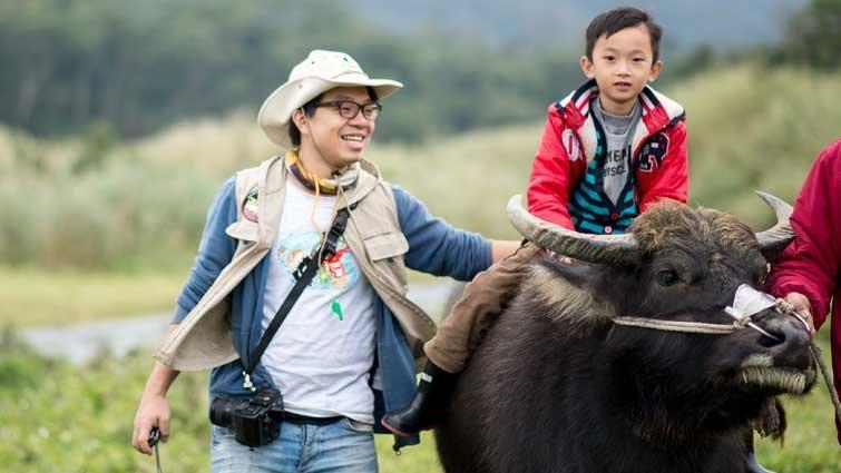 化身小牧童騎牛 遨遊生態世界