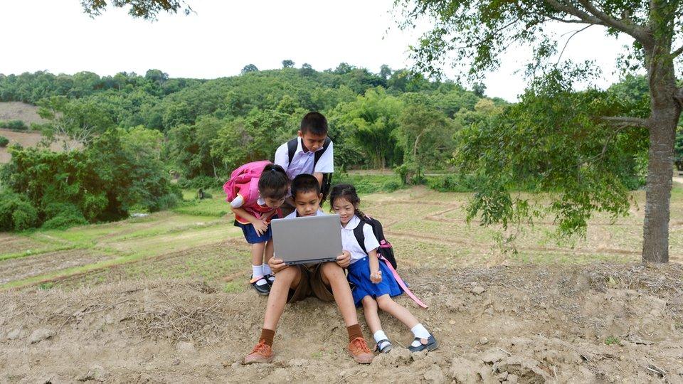 「不是所有家庭都有電腦」,協助低收家庭跨越線上學習門檻,美專家這樣建議!