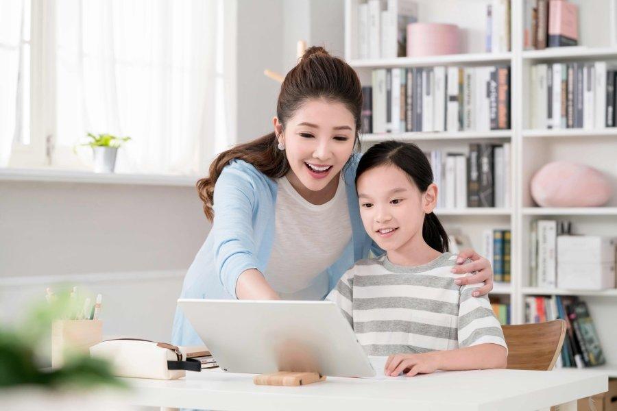 什麼!? 我的孩子要用英語學數學、談藝術? 但沒有母語式學習環境 「聽」「說」好吃力!