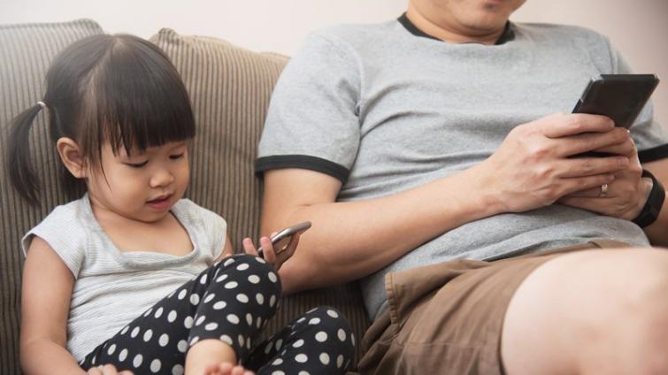 放下手機,當個「人在心也在」的父母
