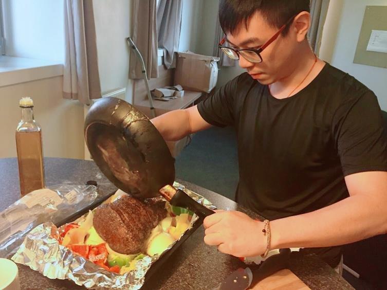 不一樣的過年 | 留學生的團圓飯:學會做菜後,我才懂了媽媽的心