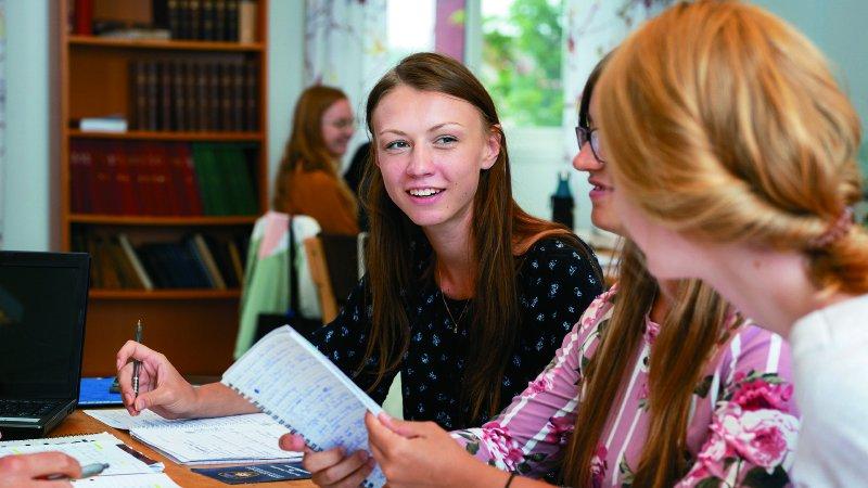 沒有「公民課」的瑞典高中|國文、數學課都融入公民素養