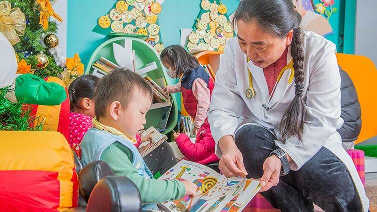 醫護捲袖,領父母進入親子共讀世界