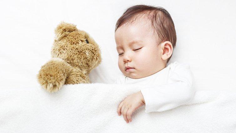 幼兒比成人對藍光更敏感,睡前1小時別用3C