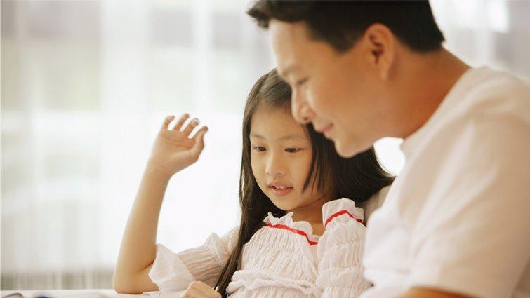 醜爸:自以為溫和又堅定的教養,女兒一句話就讓我破功