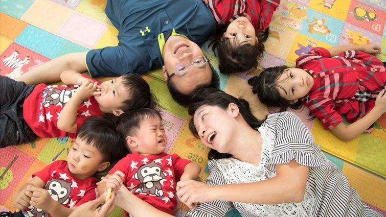 雙胞胎和三胞胎的媽:5個小孩討抱,要先抱誰?