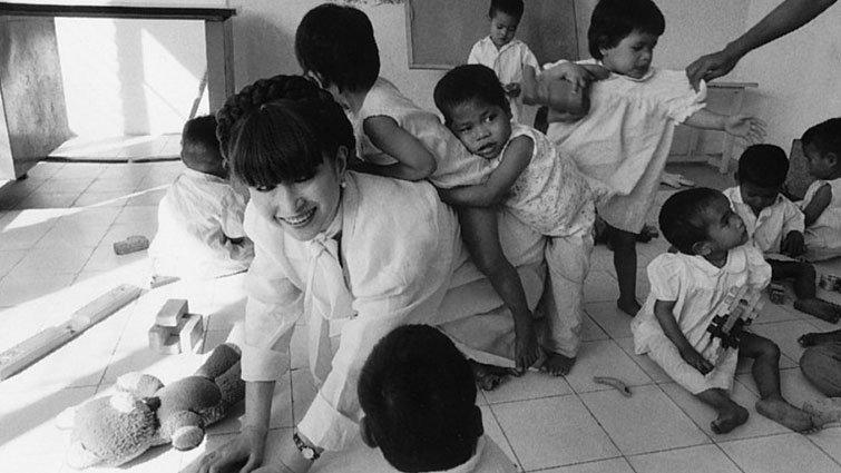 當窗邊的小荳荳來到戰後的柬埔寨與越南......「為什麼大人的戰爭,卻充滿孩子的眼淚?」