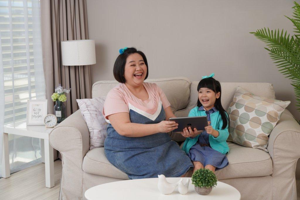 迎接新課綱、實現雙語國家教育願景! 虎媽鍾欣凌陪孩子揮別菜英文,線上對談玩出英語力