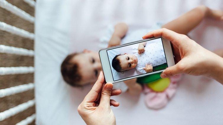 孩子缺乏安全感、難以獨立,竟是父母玩手機的錯