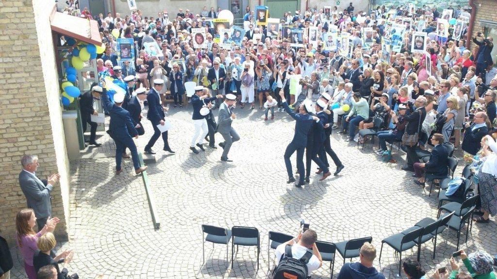 瑞典高中的畢業典禮。在瑞典,高中畢業是邁向成年的指標,這些畢業生已經擁有投票權,也將陸續離家獨立。