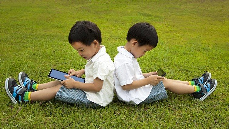 【請問教養專家】小五的兒子想要手機,又擔心他上網成癮,該同意嗎?