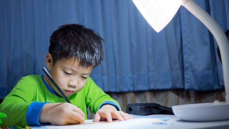 寫功課變家庭大戰? 哈佛大學建議,做孩子功課的「專案經理」吧!