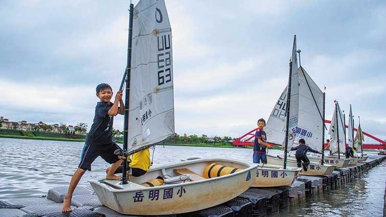 岳明國小:別人體育課踢球,我們駕帆船